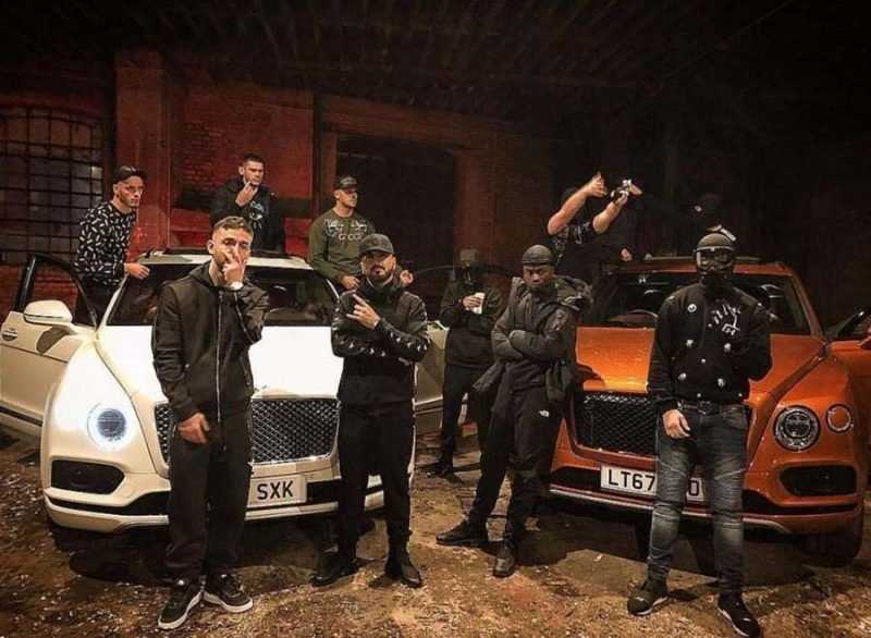 Банда из Англии хвастается оружием и деньгами в Instagram