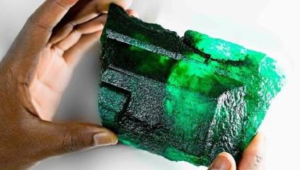 Найден изумруд-гигант: более килограмма драгоценного камня