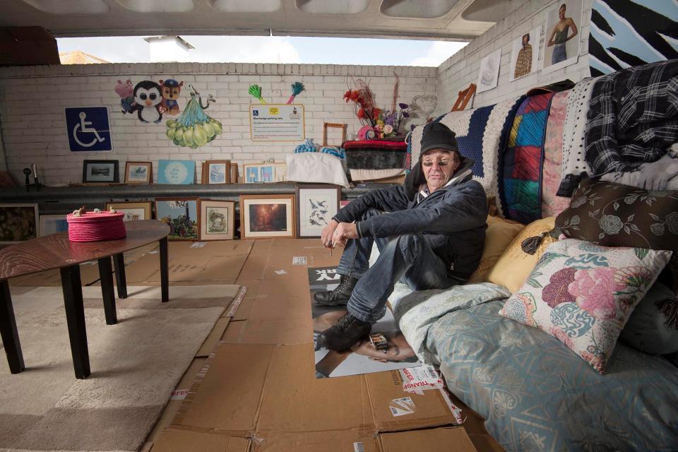Британец стал бездомным и поселился на парковке, сделав из неё дом