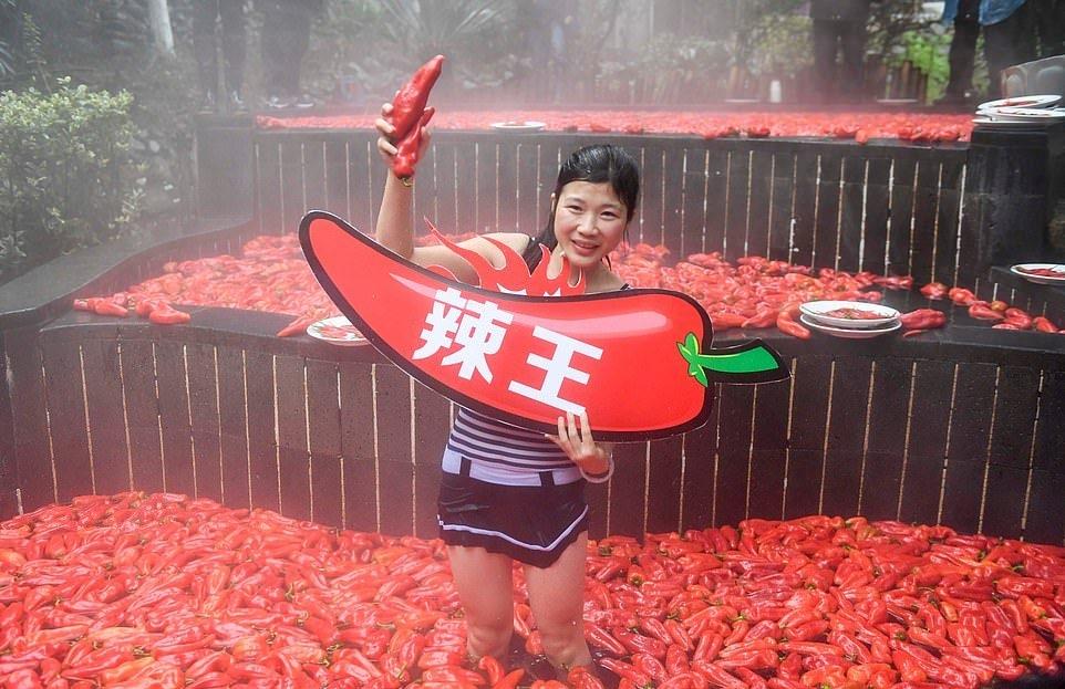 20_летняя китаянка победила в конкурсе по поеданию жгучего перца (10)