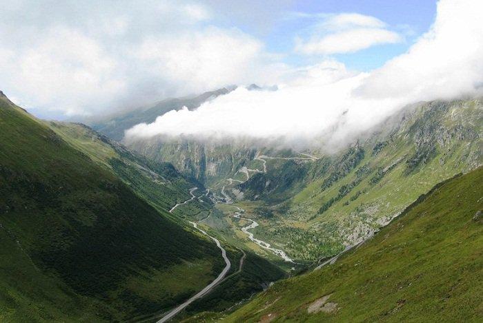 Катаклизмы природы_ Тающий ледник в швейцарских Альпах стал причиной закрытия старинного отеля (2)
