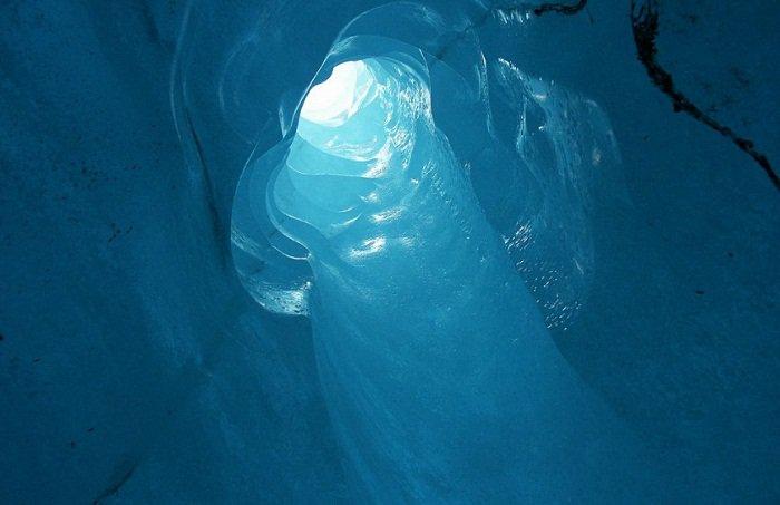 Катаклизмы природы_ Тающий ледник в швейцарских Альпах стал причиной закрытия старинного отеля (3)