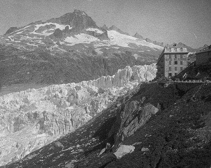 Катаклизмы природы_ Тающий ледник в швейцарских Альпах стал причиной закрытия старинного отеля (4)