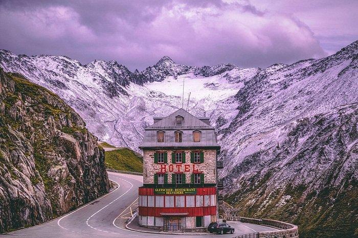 Катаклизмы природы_ Тающий ледник в швейцарских Альпах стал причиной закрытия старинного отеля (5)