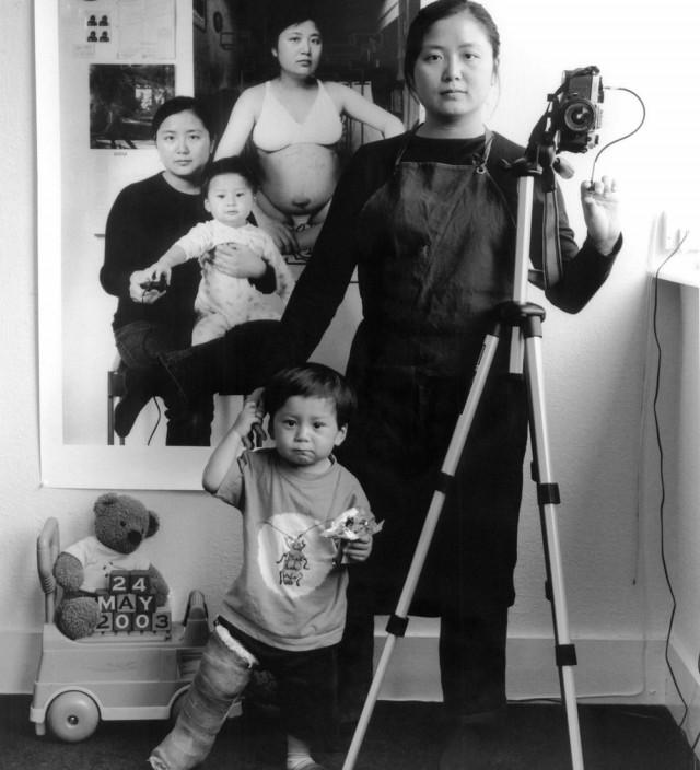 Мама 17 лет делает автопортреты с сыном и каждый последующий снимает на фоне предыдущего
