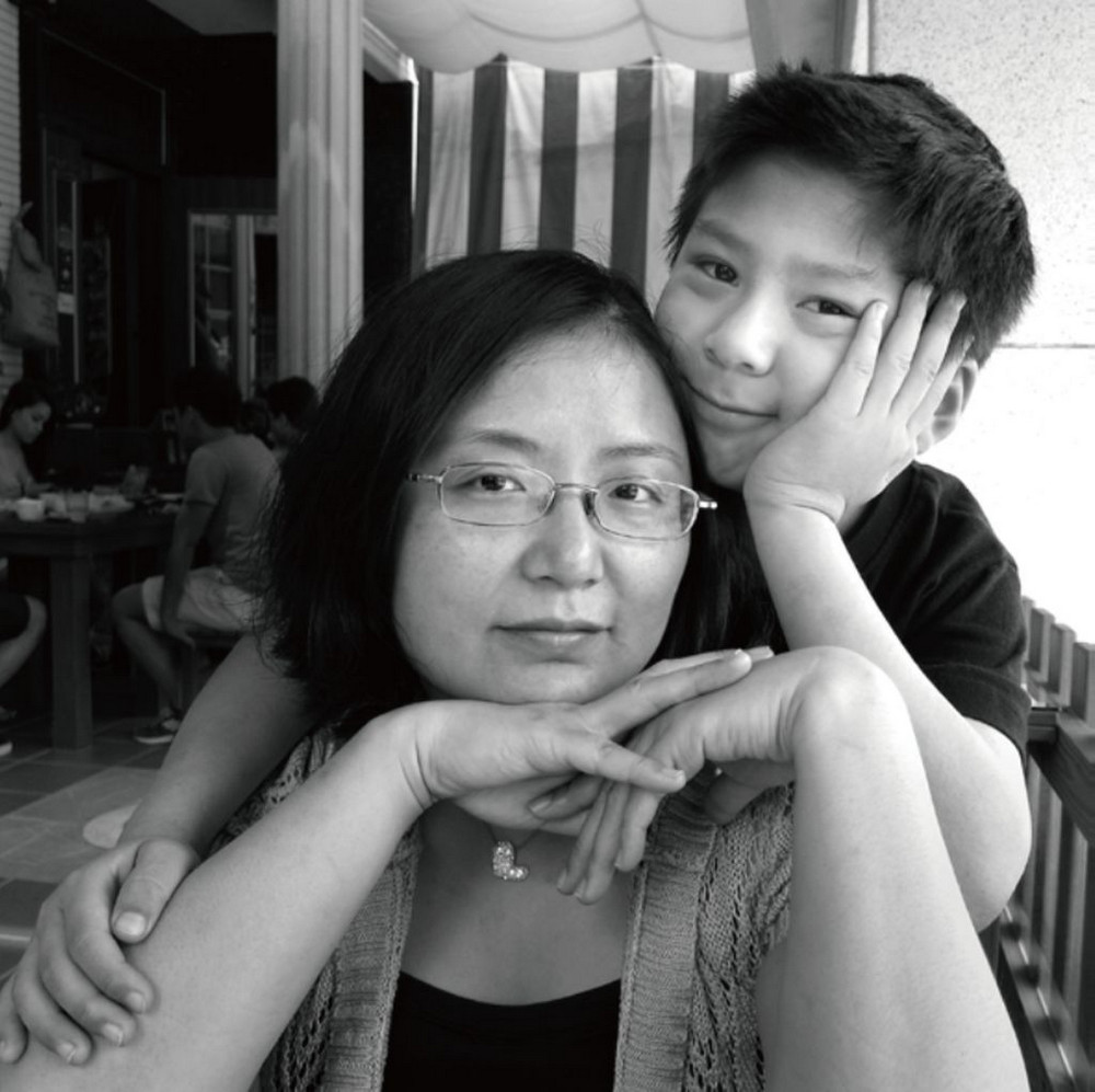 Мама 17 лет делает автопортреты с сыном и каждый последующий снимок на фоне предыдущего 12