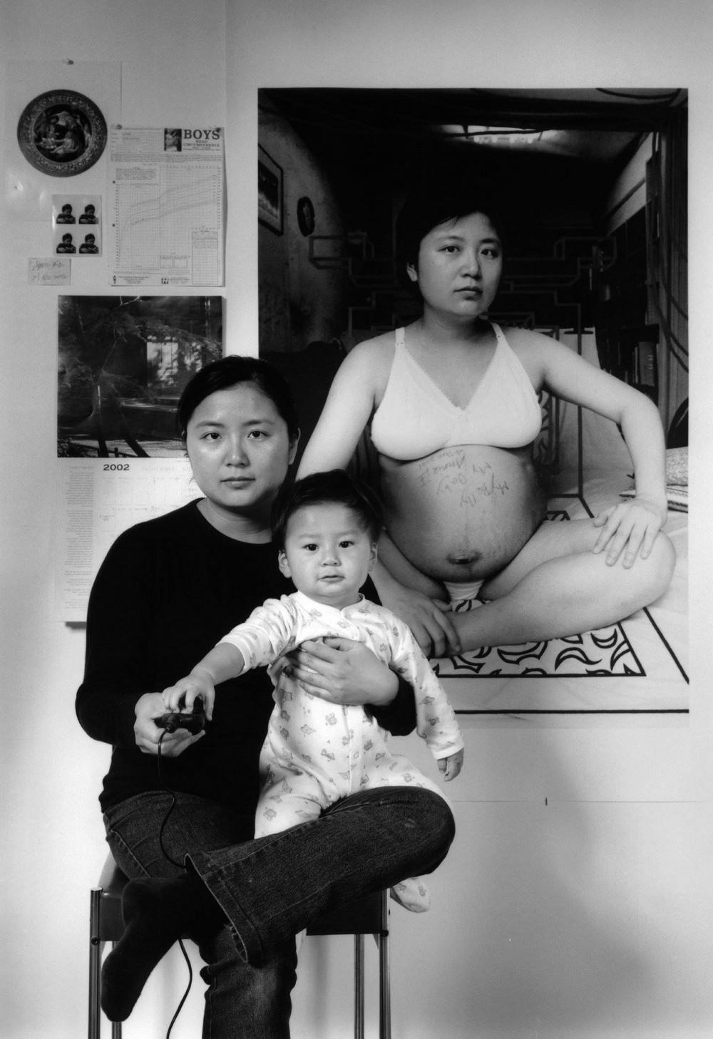 Мама 17 лет делает автопортреты с сыном и каждый последующий снимок на фоне предыдущего 2
