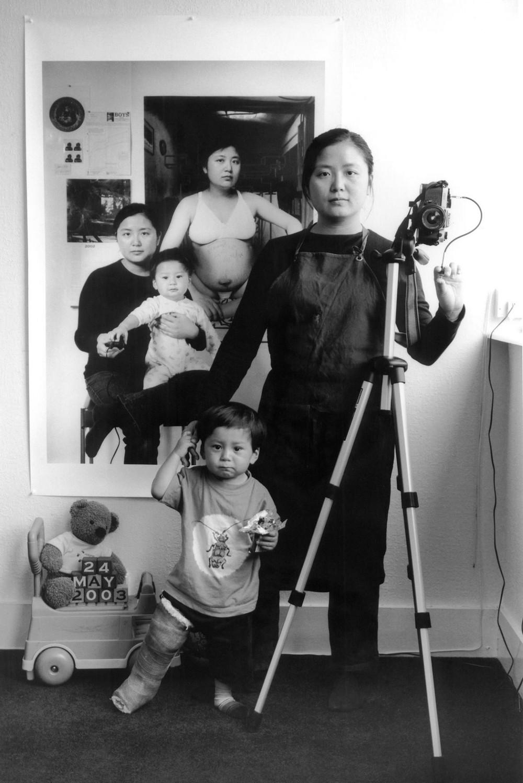 Мама 17 лет делает автопортреты с сыном и каждый последующий снимок на фоне предыдущего 3