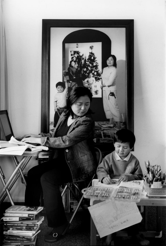 Мама 17 лет делает автопортреты с сыном и каждый последующий снимок на фоне предыдущего 6