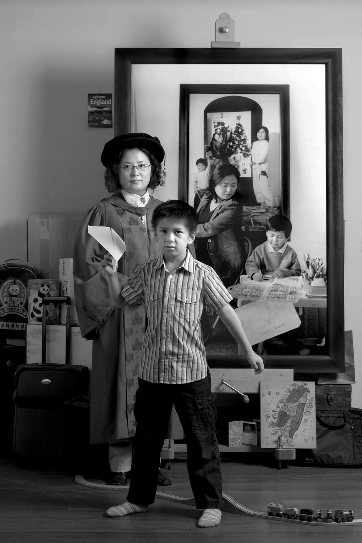 Мама 17 лет делает автопортреты с сыном и каждый последующий снимок на фоне предыдущего 7