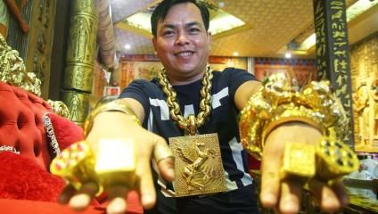 «Смотрите, я богат!» Вьетнамец в 13-ти кг золота ходит с 5 телохранителями