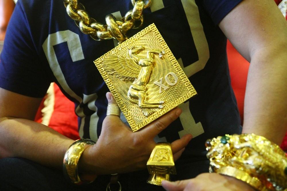 «На удачу»_ вьетнамец носит на себе 13 кг золота под присмотром пяти телохранителей (2)