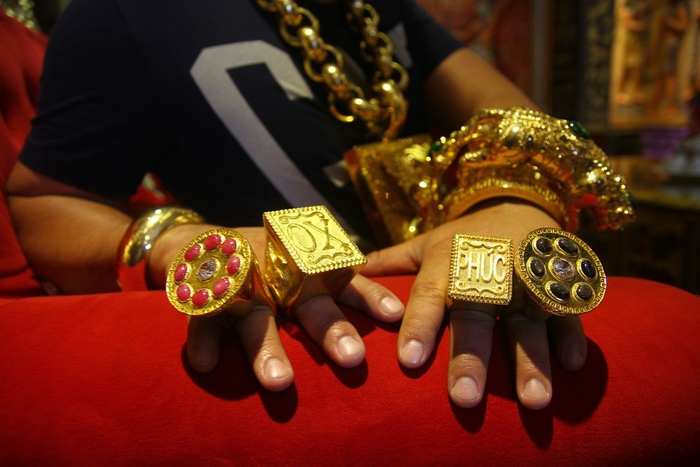 «На удачу»_ вьетнамец носит на себе 13 кг золота под присмотром пяти телохранителей (3)