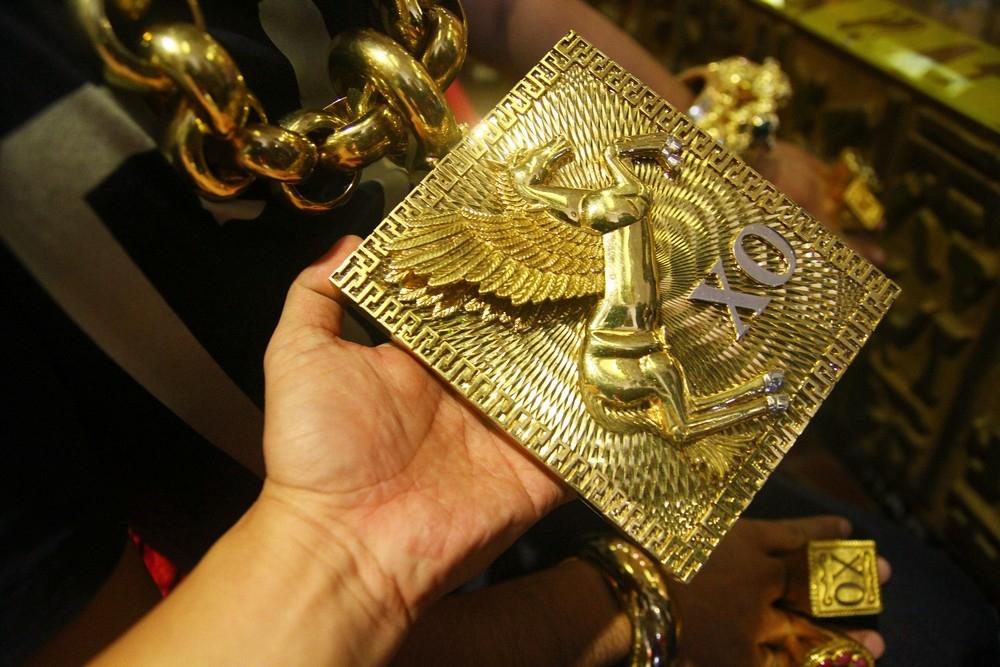 «На удачу»_ вьетнамец носит на себе 13 кг золота под присмотром пяти телохранителей (4)