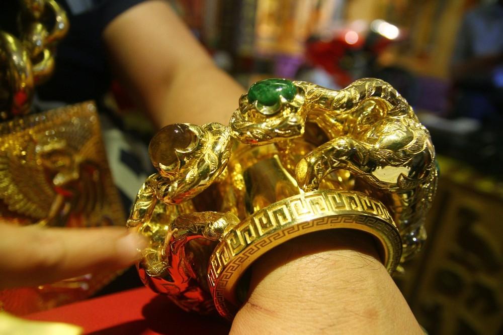 «На удачу»_ вьетнамец носит на себе 13 кг золота под присмотром пяти телохранителей (5)