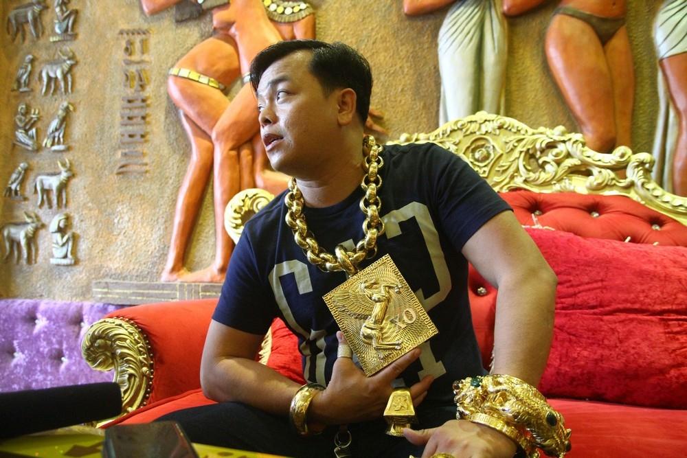 «На удачу»_ вьетнамец носит на себе 13 кг золота под присмотром пяти телохранителей