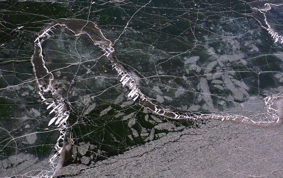 В Китае за ночь замерзло большое озеро (1)