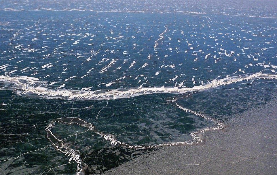 В Китае за ночь замерзло большое озеро (2)