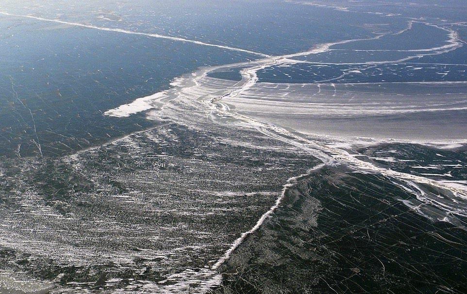 В Китае за ночь замерзло большое озеро (3)