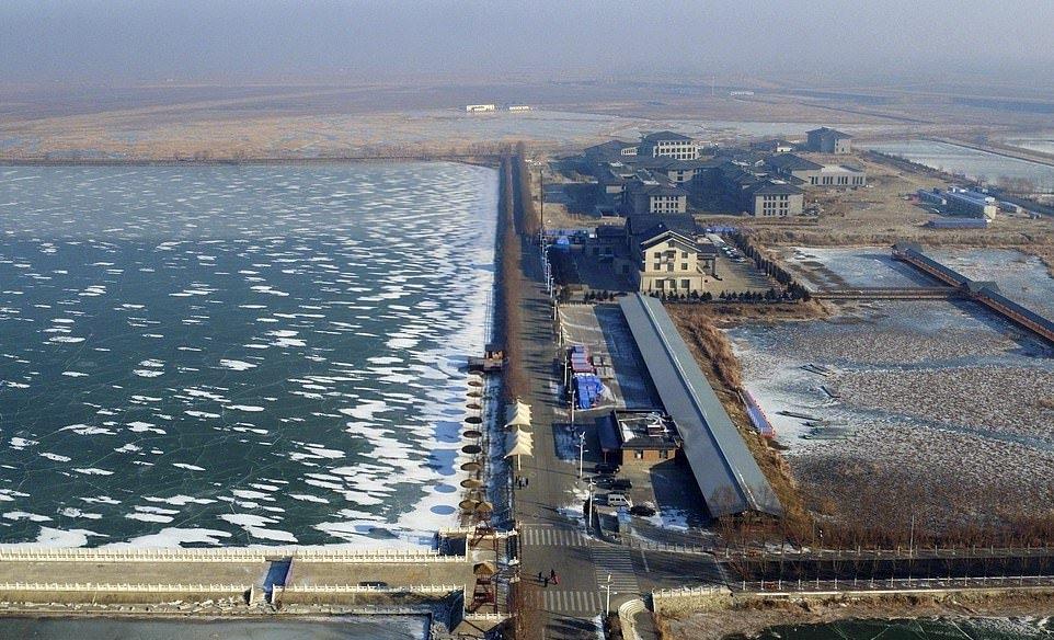 В Китае за ночь замерзло большое озеро (4)
