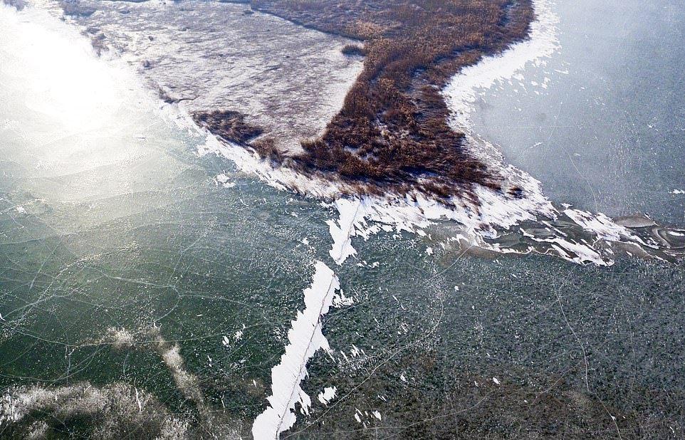 В Китае за ночь замерзло большое озеро (6)
