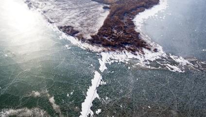 За одну ночь в Китае замерзло огромное озеро