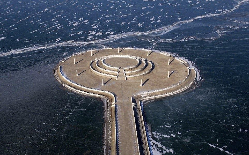 В Китае за ночь замерзло большое озеро (8)