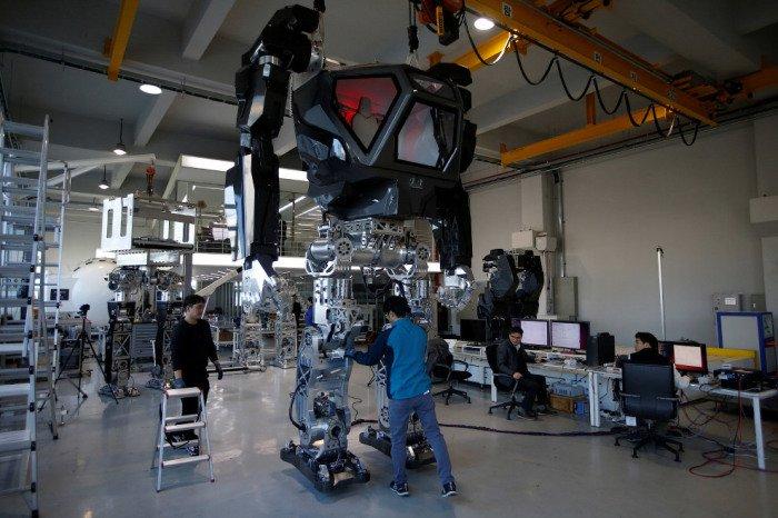В Южной Корее построили 4_метровый боевой робот_ который уже умеет ходить