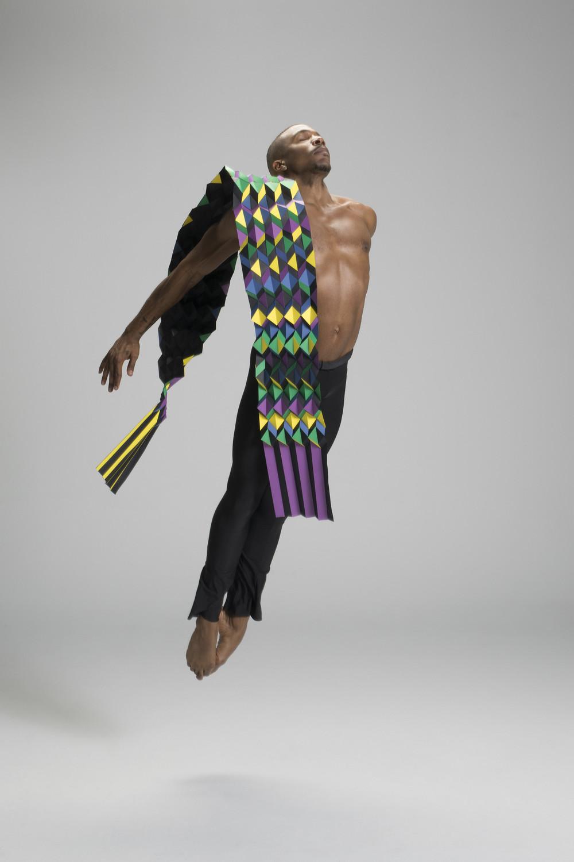Артисты балета в костюмах из оригами на улицах крупных городов: фотопроект «PLI.Ē»
