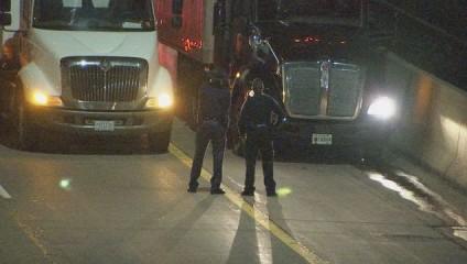 Водители не дали мужчине спрыгнуть с моста, выстроив под ним грузовики