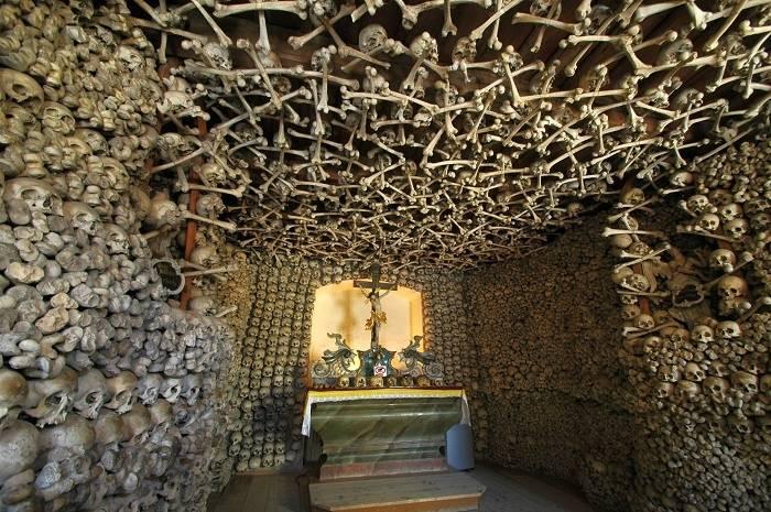 Церкви на костях: 5 средневековых церквей с человеческими останками на стенах