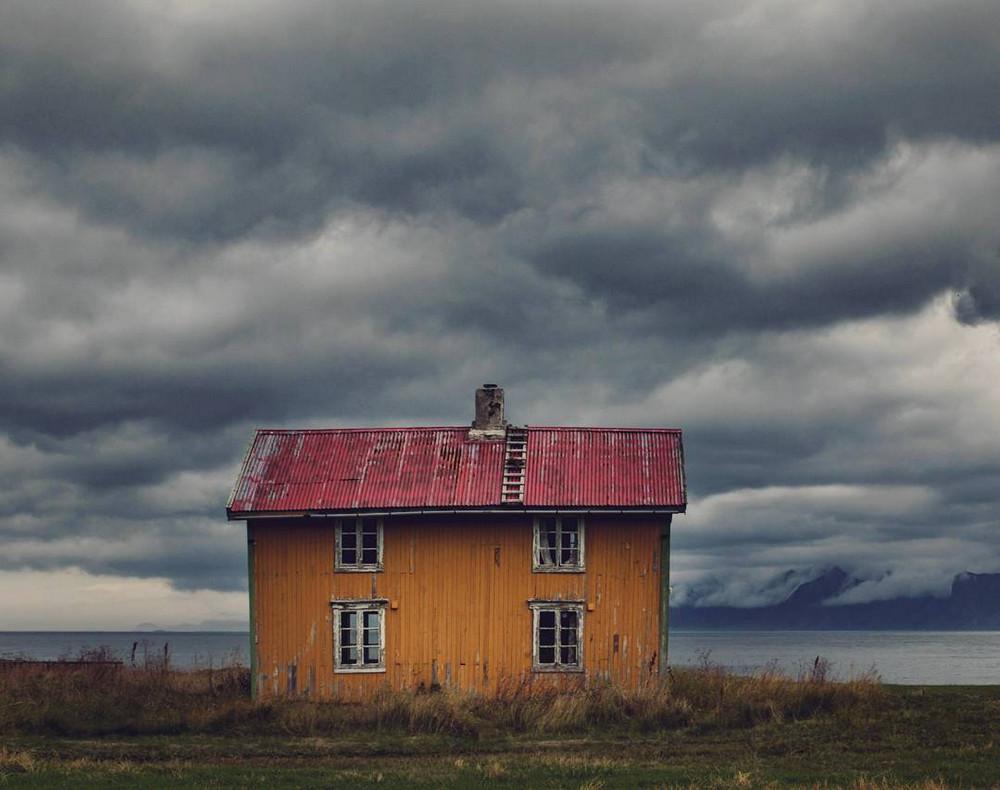 zabroshennye_udalennye_doma_za_severnym_polyarnym_krugom_fotograf_Britt_Mari_Bay_12