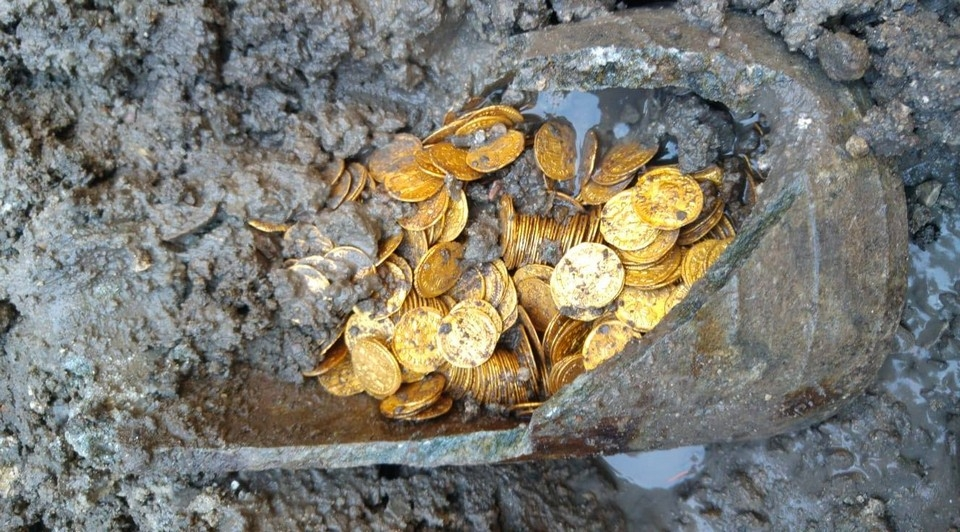 Под итальянским театром найдены золотые монеты 5_го века стоимостью в миллионы евро (4)
