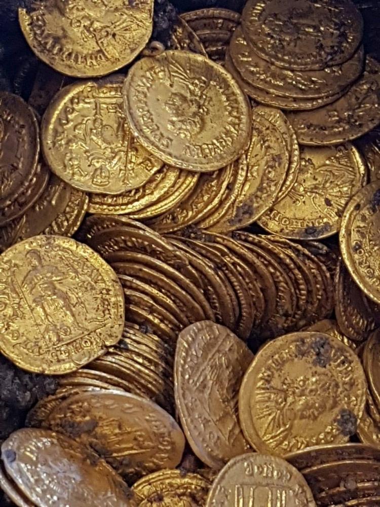 Под итальянским театром найдены золотые монеты 5_го века стоимостью в миллионы евро (5)