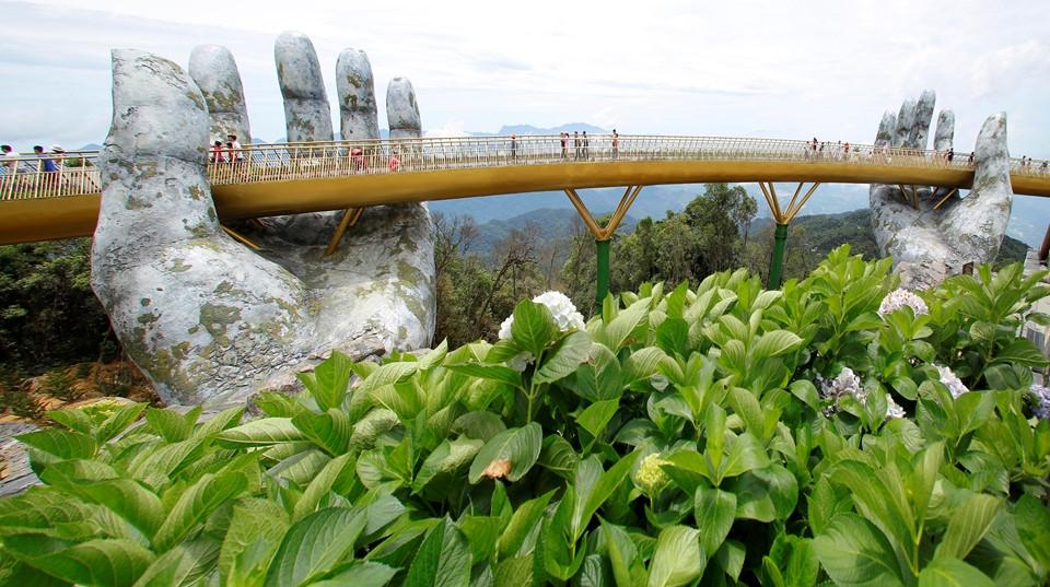 Удивительный мост открыли во Вьетнаме (14)