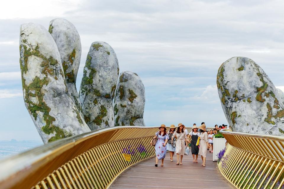 Удивительный мост открыли во Вьетнаме (15)