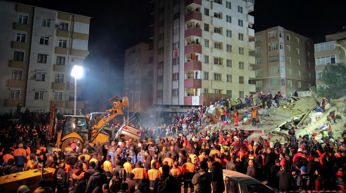 В Стамбуле рухнул 8-этажный жилой дом