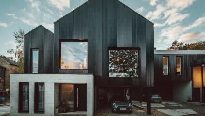 В Великобритании построили одинаковые дома для братьев-близнецов