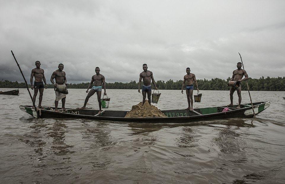 Мускулистые камерунцы ежедневно рискуют жизнью_ чтобы достать песок со дна реки (1)