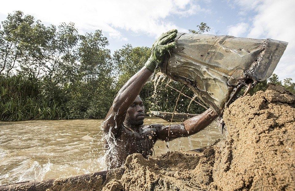 Мускулистые камерунцы ежедневно рискуют жизнью_ чтобы достать песок со дна реки (2)