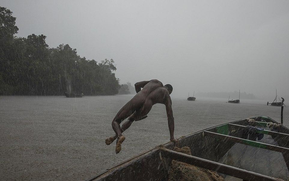 Мускулистые камерунцы ежедневно рискуют жизнью_ чтобы достать песок со дна реки (3)