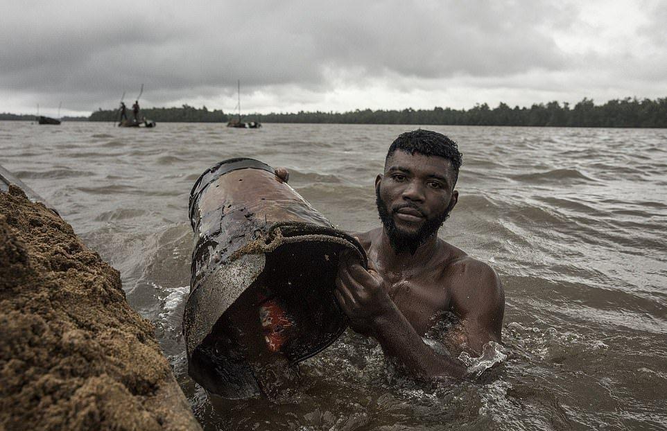 Мускулистые камерунцы ежедневно рискуют жизнью_ чтобы достать песок со дна реки (4)