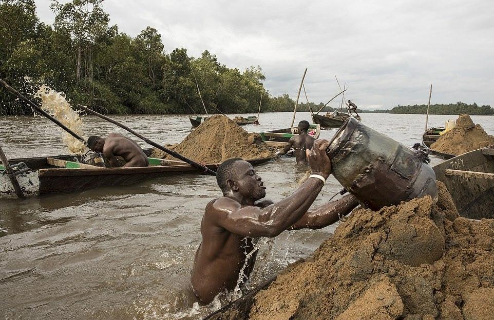 Мускулистые камерунцы ежедневно рискуют жизнью_ чтобы достать песок со дна реки (5)