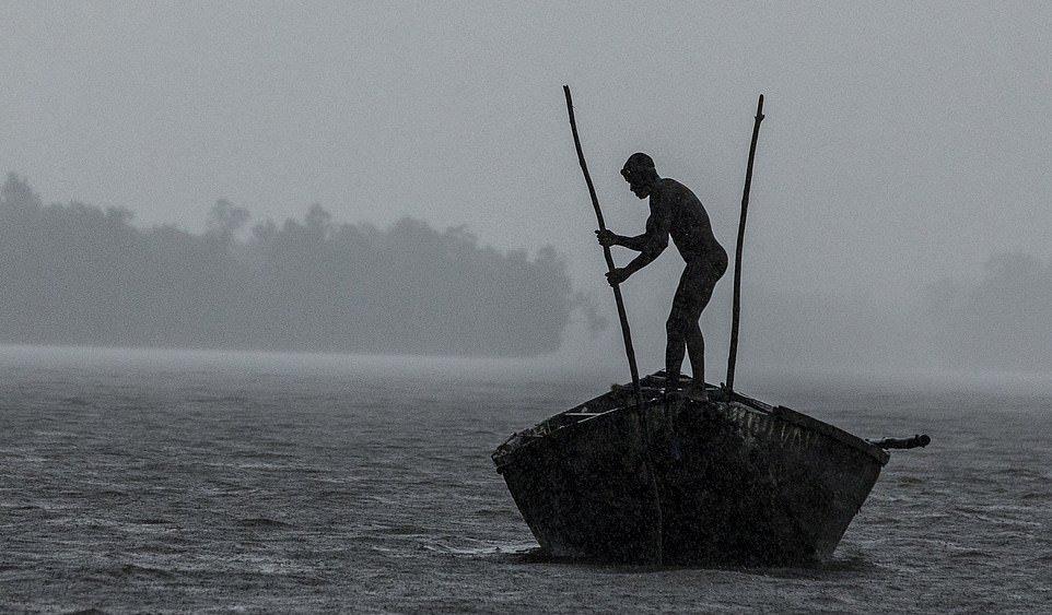 Мускулистые камерунцы ежедневно рискуют жизнью_ чтобы достать песок со дна реки (7)