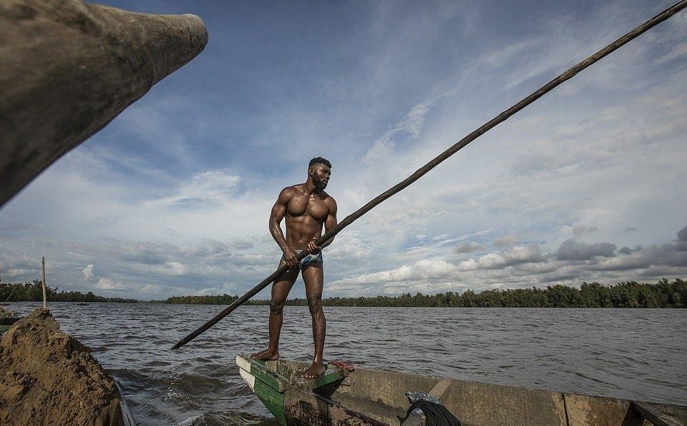 Мускулистые камерунцы ежедневно рискуют жизнью_ чтобы достать песок со дна реки (8)