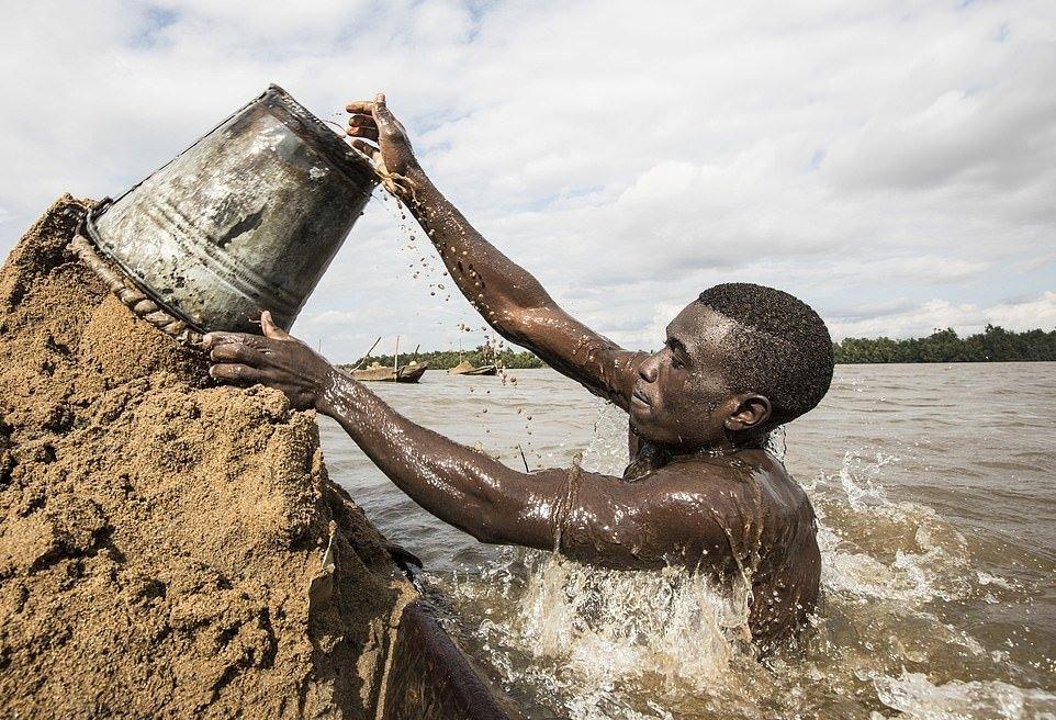 Мускулистые камерунцы ежедневно рискуют жизнью_ чтобы достать песок со дна реки (9)