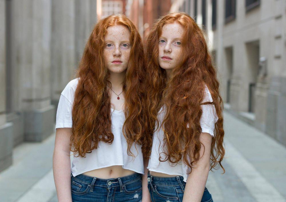 «Одинаковые_ но непохожие». Близнецы в фотопроекте Питера Зелевски 23