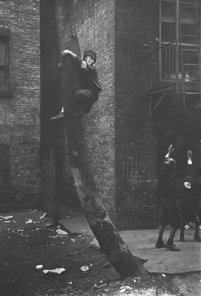 Уличная жизнь Нью_Йорка с 1930_х до 80_х годов в фотографиях Элен Левитт 16