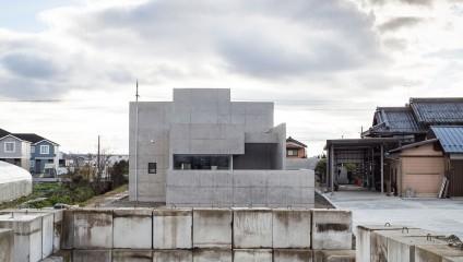 Бетон и спокойствие: в Японии построили жилой дом у завода