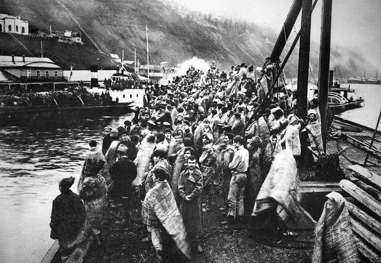 400 пленных красноармейцев на чехословацкой плавучей тюрьме. Кама, 1918 год